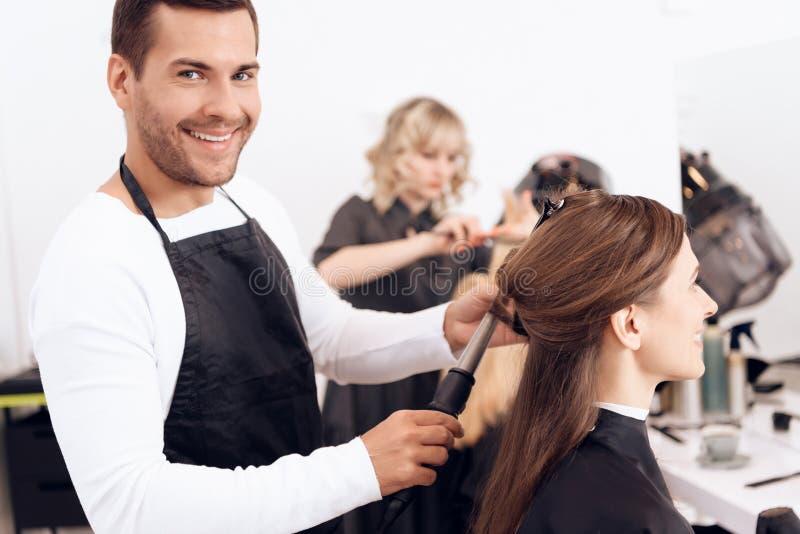 Fryzjera fryzowania brązu włosy piękna kobieta Kobiety opieka o fryzurze zdjęcie stock