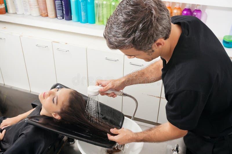 Fryzjera klienta Płuczkowy włosy fotografia royalty free