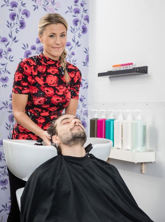 Fryzjera klienta Płuczkowy włosy W salonie obraz stock