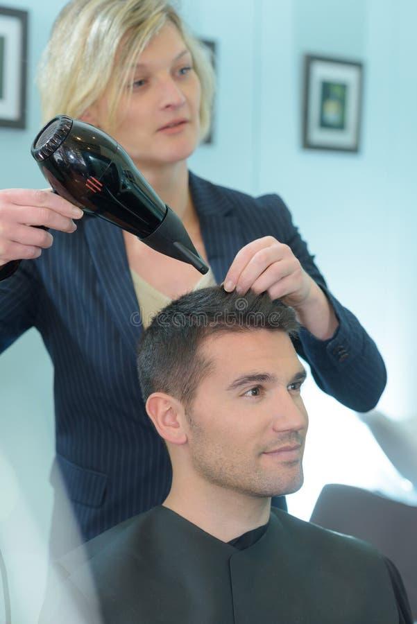 Fryzjera klienta ` s suszarniczy męski włosy zdjęcie royalty free