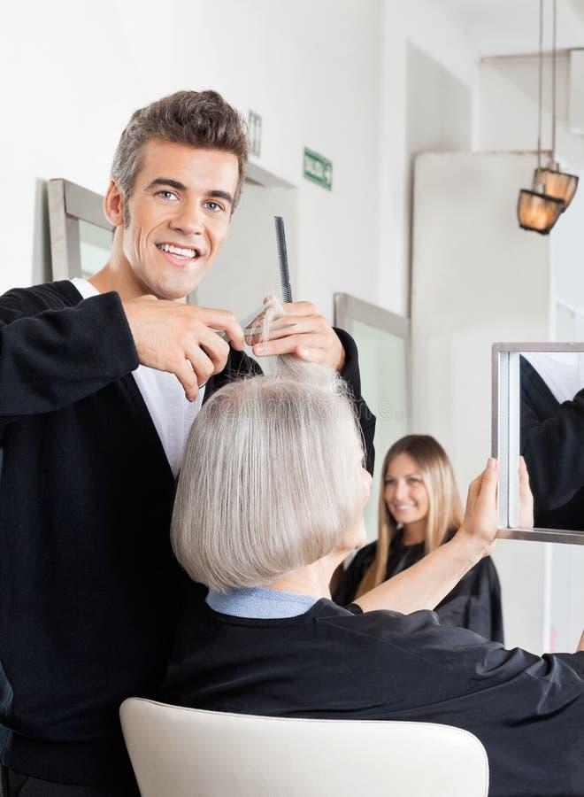 Fryzjera klienta Tnący włosy Przy salonem obraz royalty free