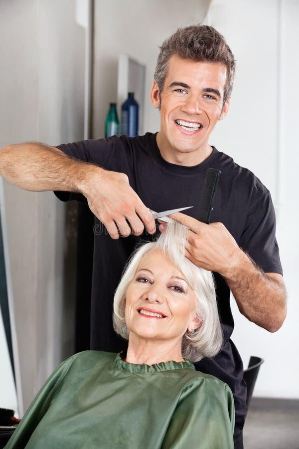 Fryzjera klienta Tnący włosy Przy salonem obraz stock