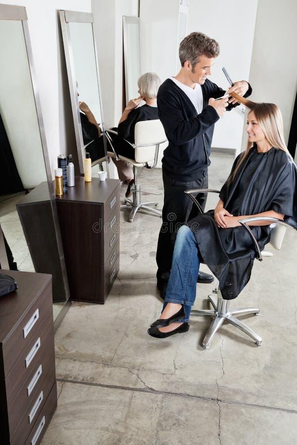 Fryzjera klienta Tnący włosy W bawialni obrazy stock