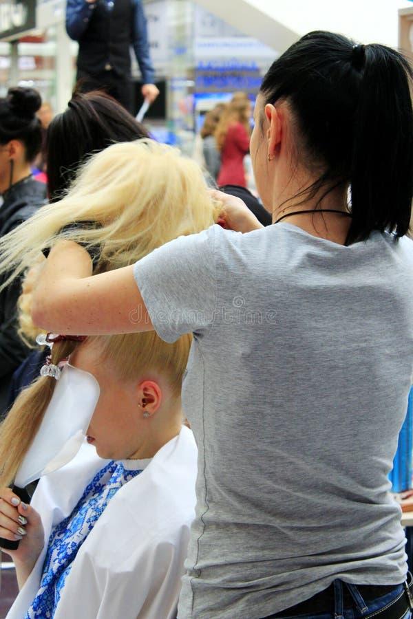 Fryzjera konkurs uwypukla potomstwo modelów w Chernihiv zdjęcia stock