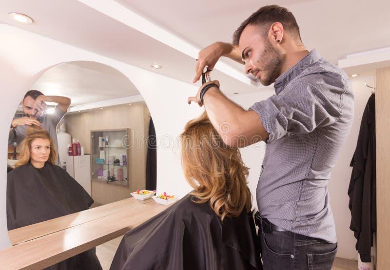 Fryzjera lustrzany tnący włosiany sideview obrazy royalty free