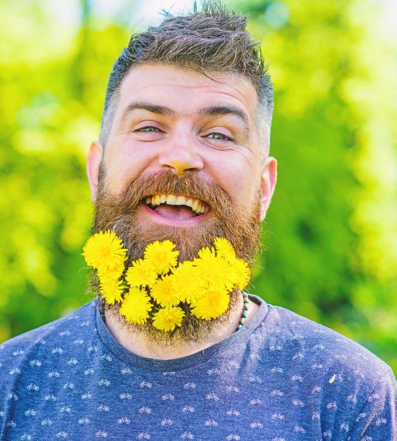 Fryzjera męskiego pojęcie Mężczyzna z brodą i wąsy na szczęśliwej twarzy, zielony tło, defocused Modniś z bukietem fotografia stock