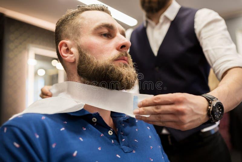Fryzjera męskiego kładzenia fryzjera taśma wokoło klient szyi zdjęcie royalty free