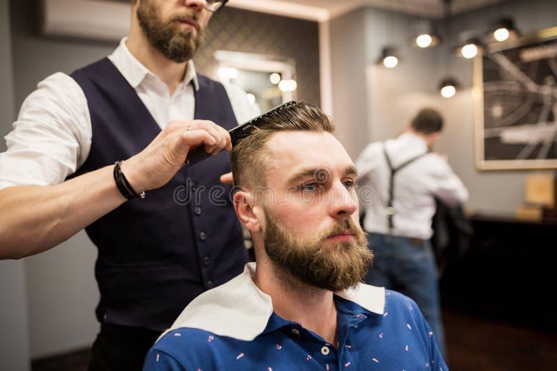 Fryzjera męskiego klienta zgrzywiony włosy zdjęcie royalty free