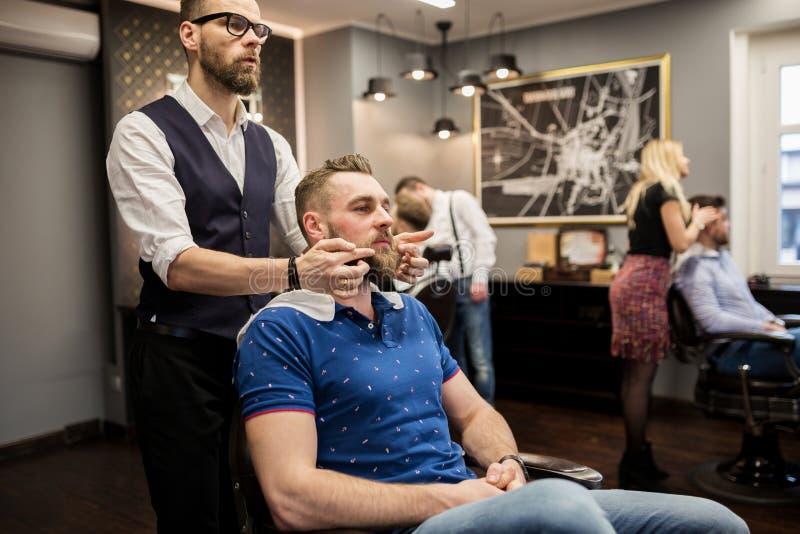 Fryzjera męskiego narządzania klient dla golić zdjęcie stock