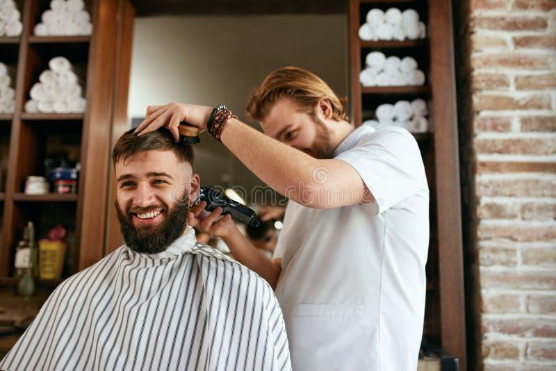 Fryzjera męskiego sklep Mężczyzna Dostaje ostrzyżenie W Włosianym salonie fotografia stock