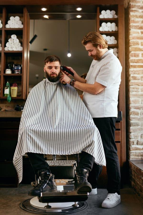 Fryzjera męskiego sklep Mężczyzna Dostaje ostrzyżenie W Włosianym salonie obrazy stock