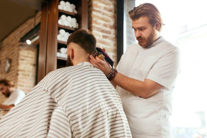 Fryzjera męskiego sklep Mężczyzna Dostaje ostrzyżenie W Włosianym salonie fotografia royalty free
