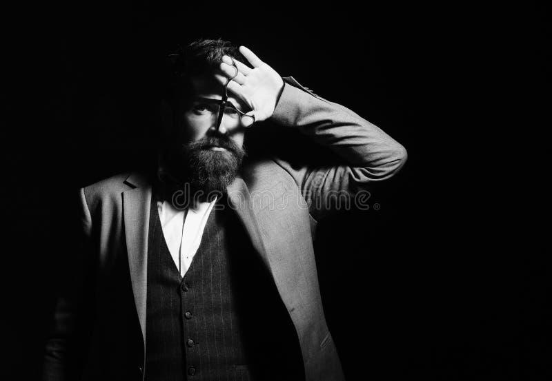 Fryzjera męskiego sklep Włosiany styl Mężczyzna z długą brodą trzyma stalowych nożyce Biznesmen w kostiumu zdjęcia stock
