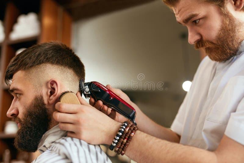 Fryzjera męskiego sklepu mężczyzna włosy cięcie Fryzjer męski Robi mężczyzna mody fryzurze zdjęcie royalty free