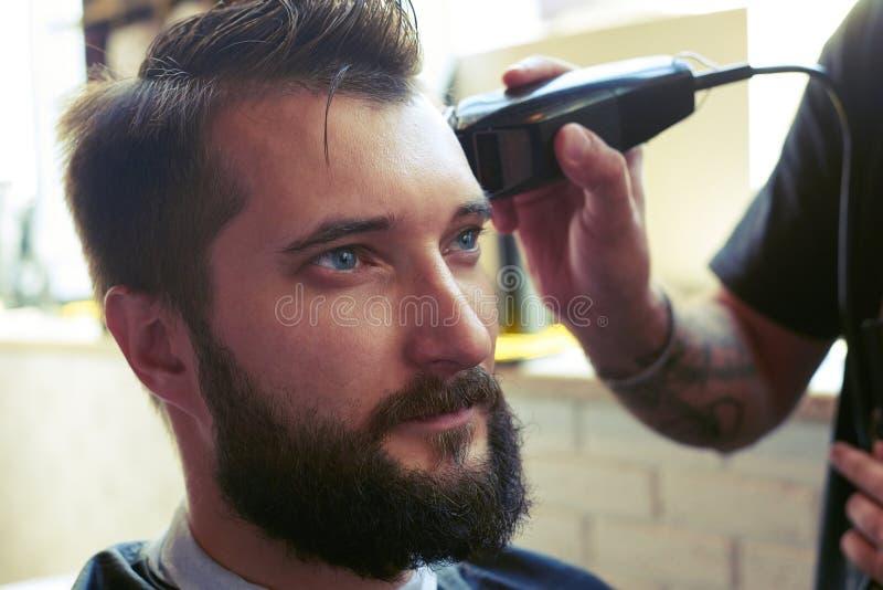 Fryzjera męskiego tnący włosy obrazy stock