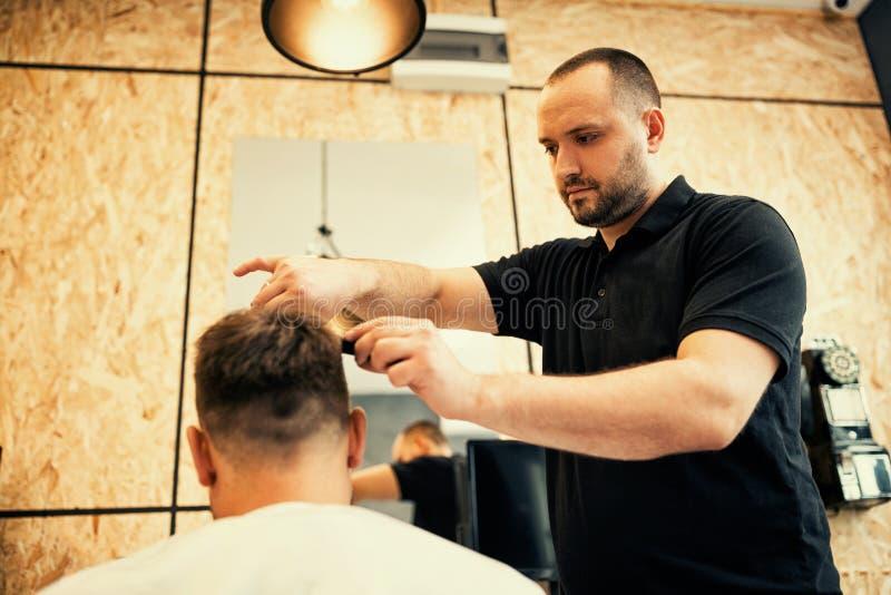 Fryzjera męskiego tnący włosy z nożycami fotografia royalty free