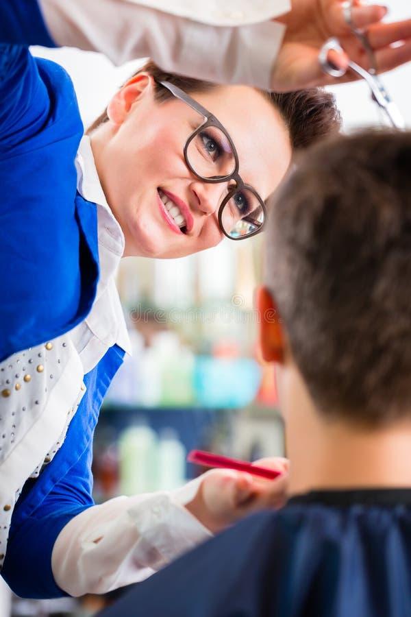 Fryzjera rozcięcia mężczyzna włosy w zakładzie fryzjerskim zdjęcia stock