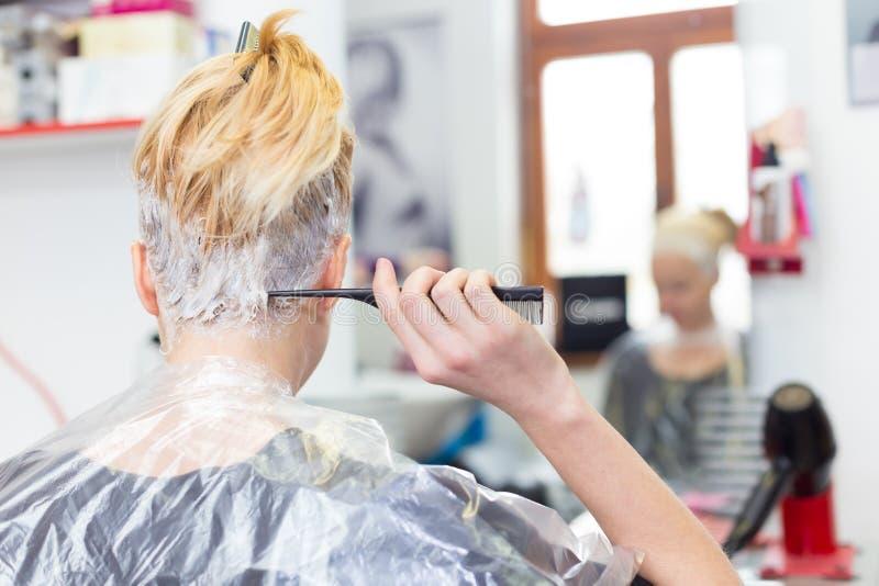 Fryzjera salon Kobieta podczas włosianego barwidła fotografia stock