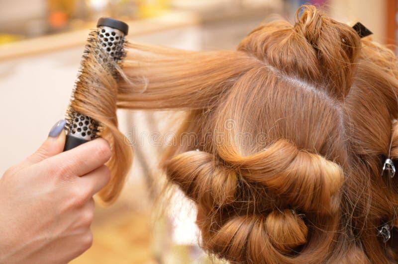 Fryzjera shampo zgrzywiona włosiana ręka fotografia stock