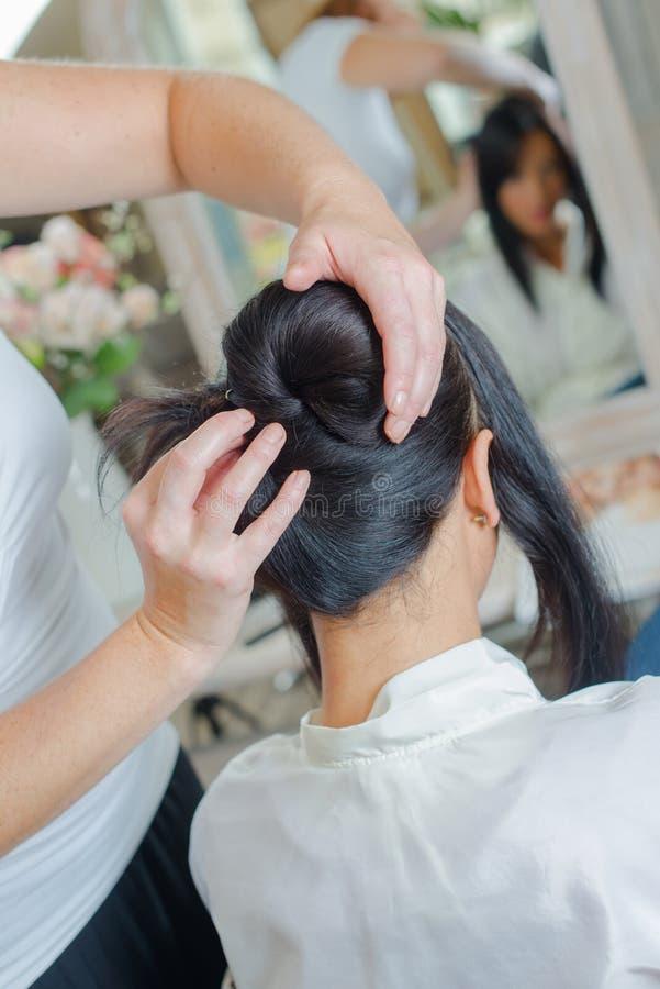 Fryzjera tytułowania damy ` s włosy zdjęcia royalty free