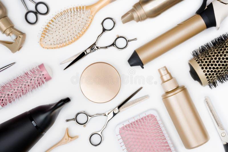Fryzjerstw narzędzia i różnorodni hairbrushes na białego tła odgórnym widoku zdjęcia stock