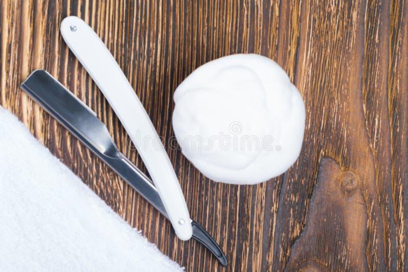 fryzjery ustawiający dla golić, na drewnianym tle, tam jest miejsce dla inskrypci zdjęcia royalty free