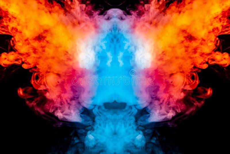 Fryzować dym wyparowywa kędziory w postaci spektakularny, mistyczna głowa, podkreślająca z błękitnym, czerwona, purpura na odosob zdjęcia royalty free