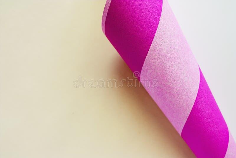 Fryzujący papieru kąt textured z menchiami paskował stronę zdjęcia stock