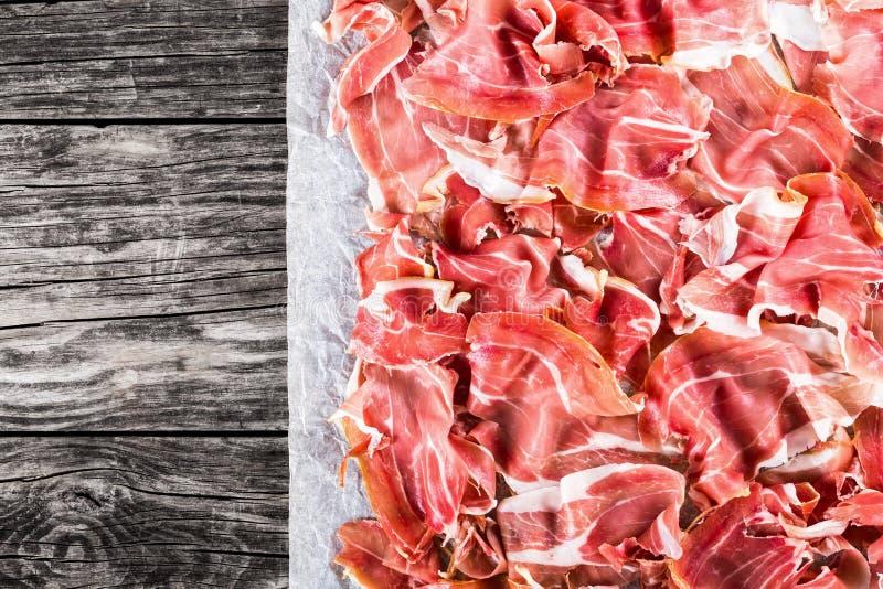 Fryzujący plasterki wyśmienicie Włoski Prosciutto, widok od above zdjęcia royalty free