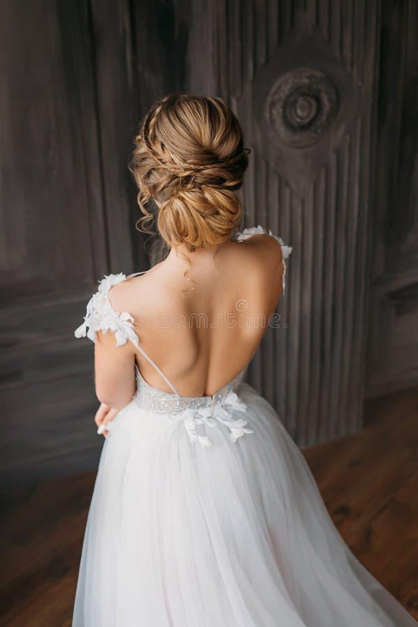 Fryzura dla i bal 2019 blond długie włosy, reklamowego zawiadomienia piękno salon dla poślubiać wewnątrz, wizerunek absolwent obrazy stock