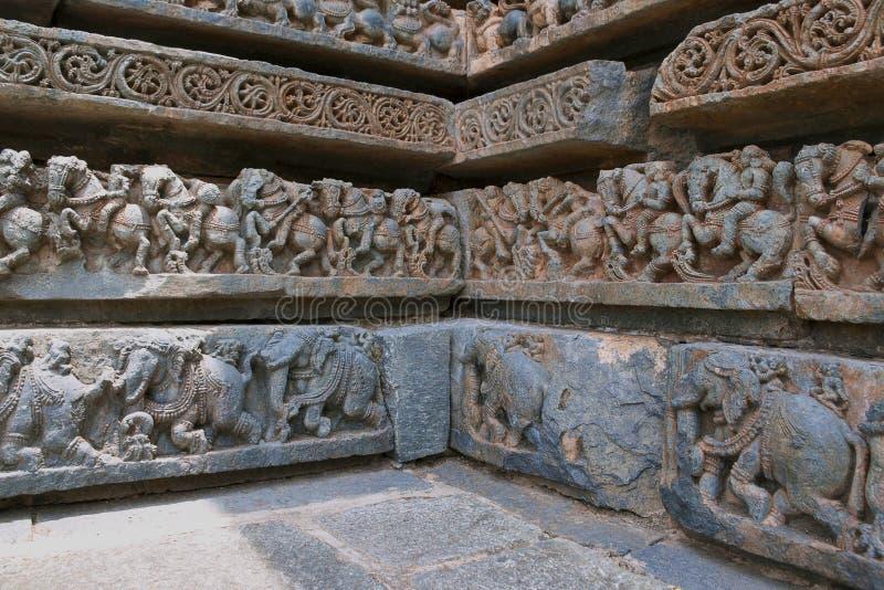 Fryzy kawaleria słonie przy bazą świątynia i siły, Kedareshwara świątynia, Halebidu, Karnataka zdjęcie stock