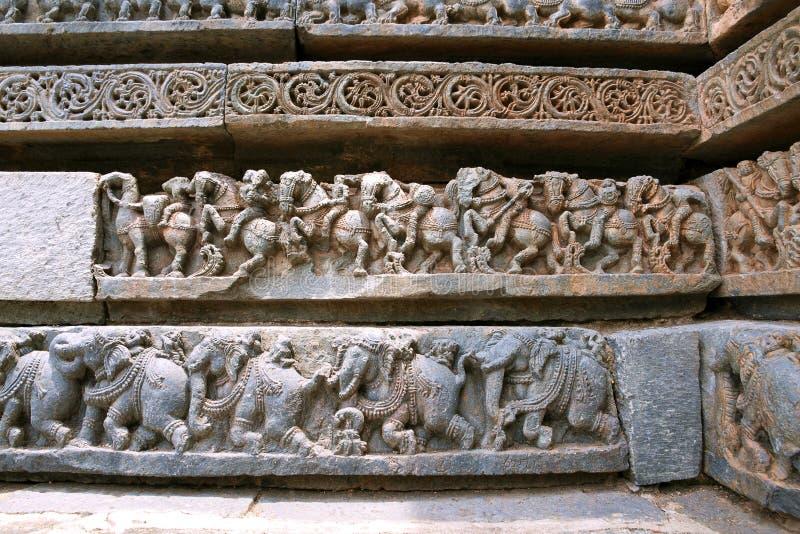 Fryzy kawaleria słonie przy bazą świątynia i siły, Kedareshwara świątynia, Halebidu, Karnataka obraz stock