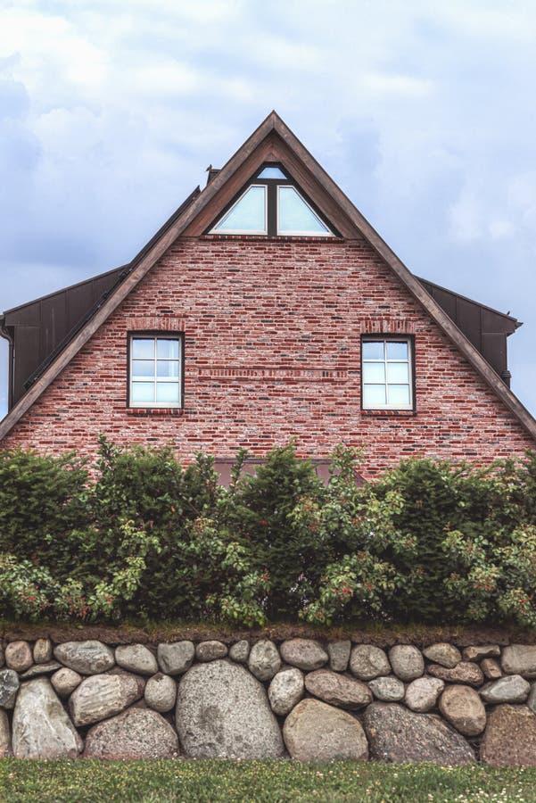 Fryzyjski dom z ściany z cegieł i kamienia ogrodzeniem obraz stock