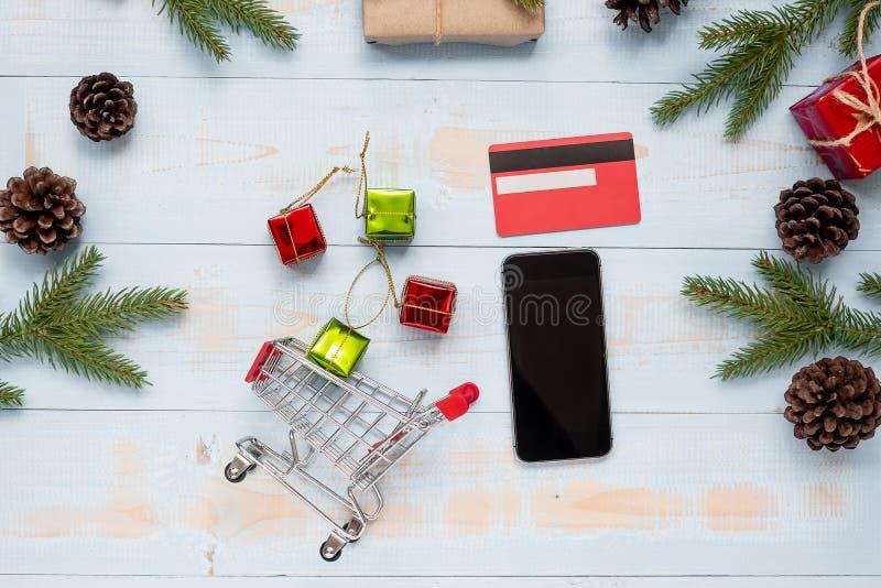 Ft-Kasten- und -Kieferniederlassungen auf hölzernem Hintergrund E-Commerce-Kauf und -vorbereitung für guten Rutsch ins Neue Jahr  lizenzfreies stockbild