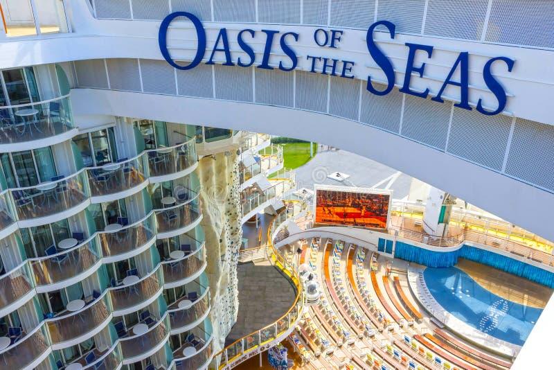FT Lauderdale, ΗΠΑ - 30 Απριλίου 2018: Ο θαλάσσιος περίπατος, αμφιθέατρο θεάτρων Aqua στο σκάφος της γραμμής κρουαζιέρας ή όαση σ στοκ εικόνες