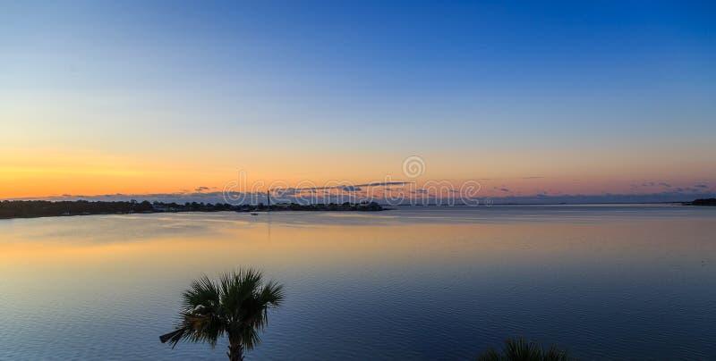 Ft Walton Beach Side View do nascer do sol da baía de Choctawhatchee foto de stock royalty free
