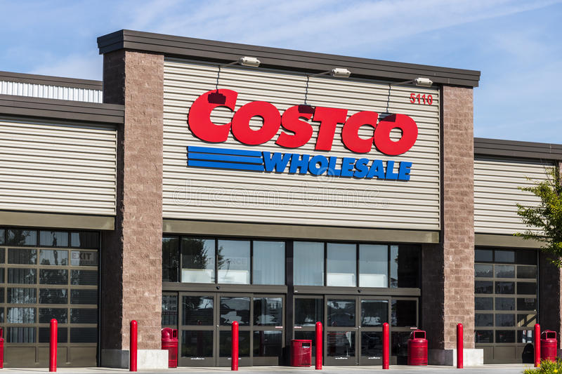 Ft Wayne - cerca do agosto de 2017: Lugar da venda por atacado de Costco A venda por atacado de Costco é um varejista global do m foto de stock