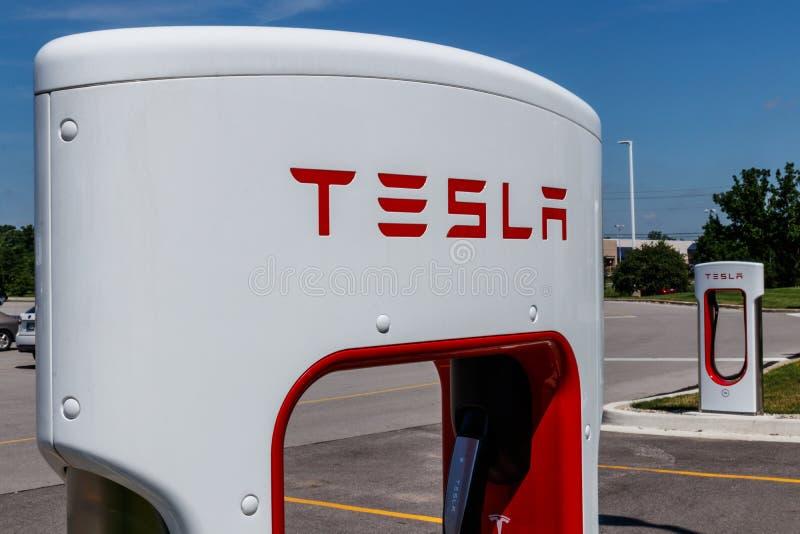Ft Wayne - circa im Juni 2018: Tesla-Überverdichter-Station Der Überverdichter bietet des Modells S und des Modells X IX schnell  lizenzfreie stockfotografie