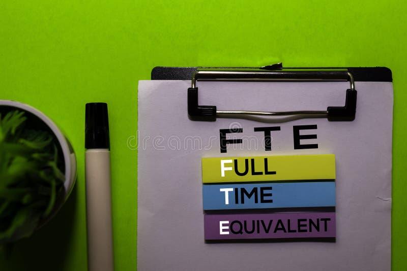 FTE Sigla de Equivalente de Tempo Total em notas adesivas fundo do Office Desk imagem de stock