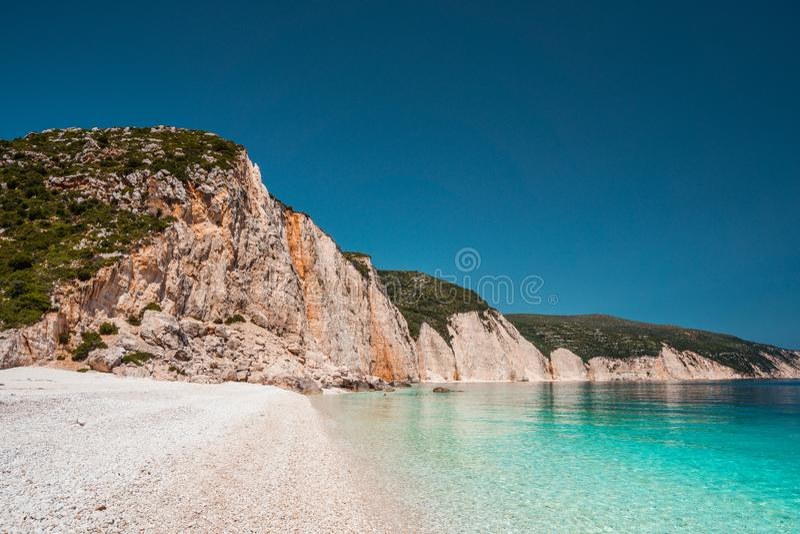 Fteri strand i den Kefalonia ön, Grekland En av det mest härliga orörda Pebblet Beach med det rena azura smaragdhavet fotografering för bildbyråer