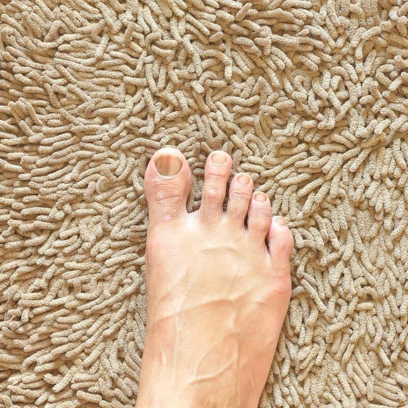 Fuß auf beige Teppich lizenzfreies stockfoto