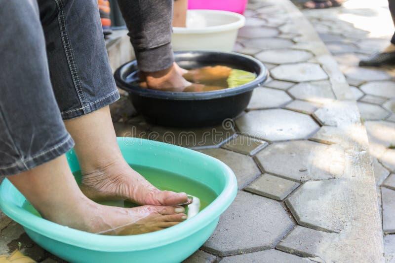 Fuß, der im Kräuterwasser tränkt stockbilder