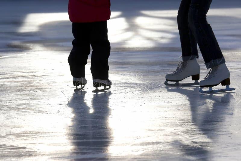 Fuß, der kleines Mädchen mit meiner Mutter an der Eisbahn Schlittschuh läuft lizenzfreie stockbilder