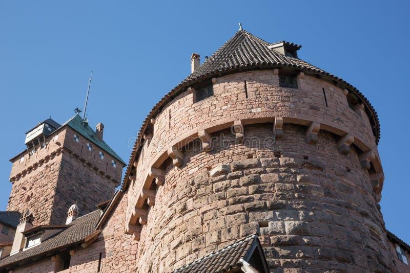 Am Fuß der Wände des Schlosses Le Haut Koenigsbourg stockfoto