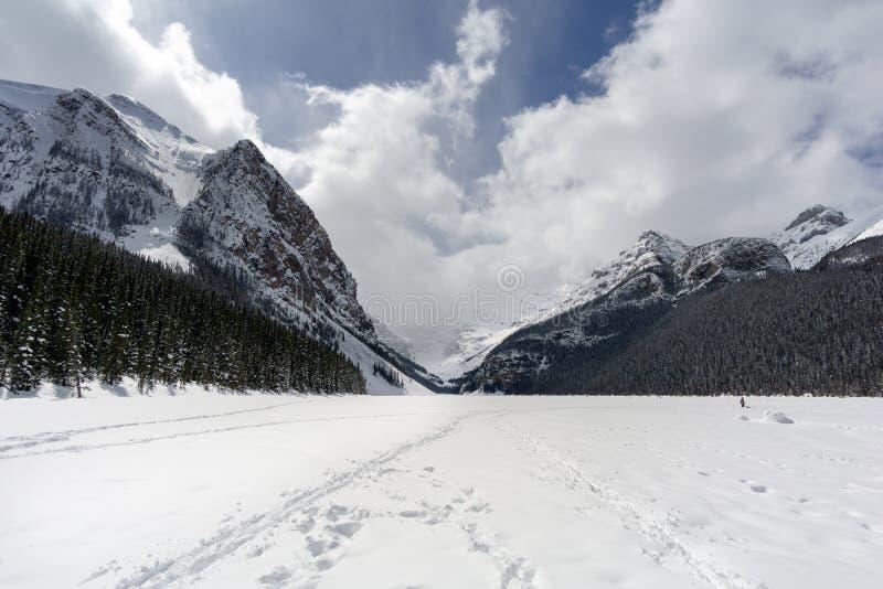 Fuß-Drucke auf gefrorenem alpinem See lizenzfreie stockfotografie