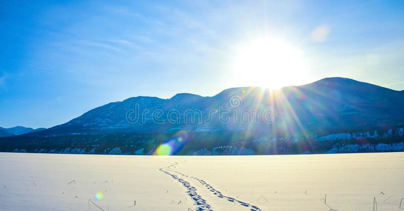 Fuß druckt im Schnee, Winterberglandschaft stockbild