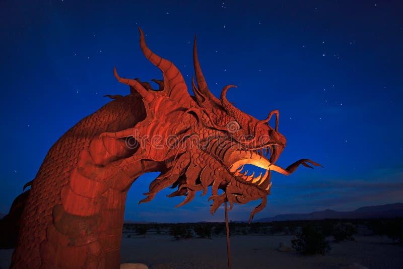 350 Fuß lange Schlangenskulptur unter einem sternenklaren nächtlichen Himmel stockbild