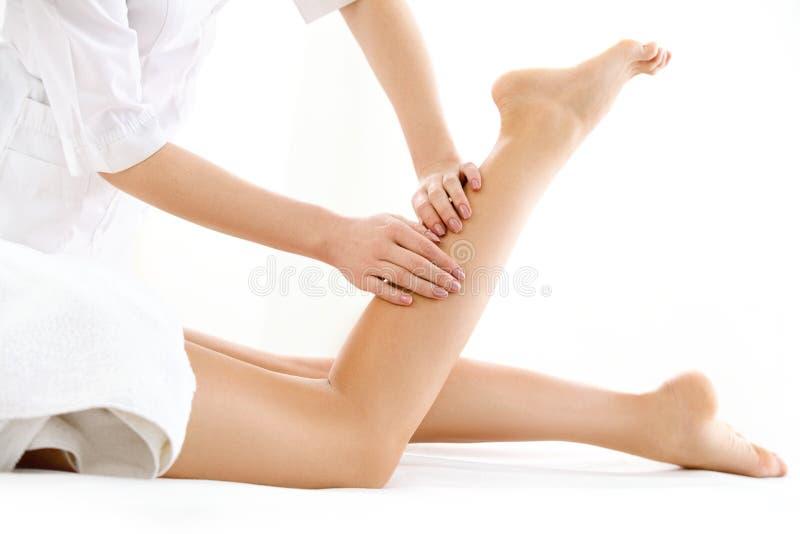 Fuß-Massage im Badekurort-Salon lokalisiert auf Weiß lizenzfreies stockbild
