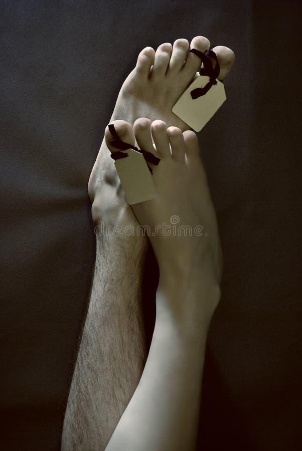 Fuß von zwei toten Leuten mit unbelegten Marken stockbilder