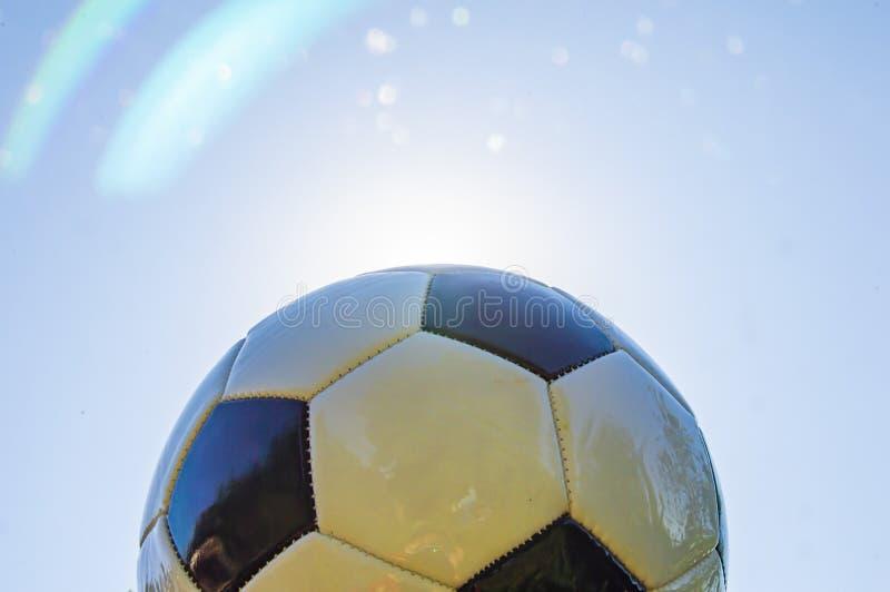 Fußball auf dem Hintergrund der Sonne stockbilder